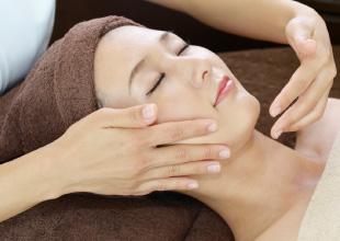 女性理容師によるシェービング施術イメージ